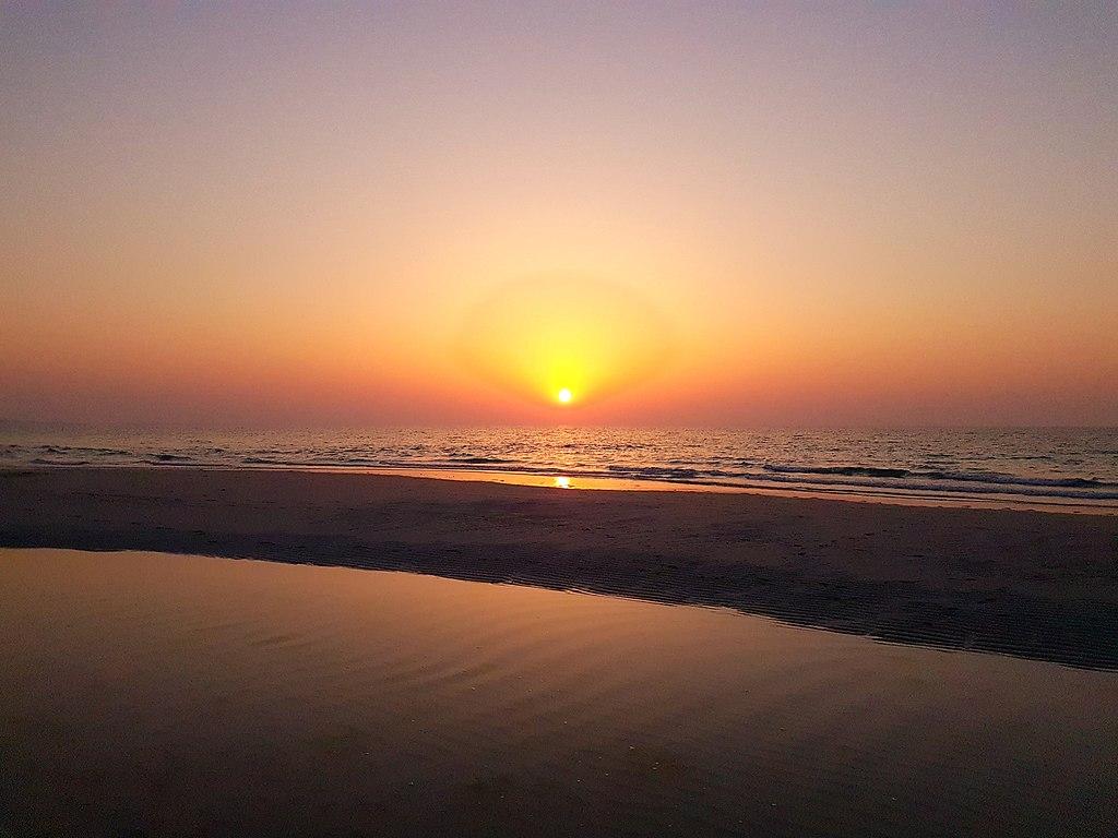 砂浜から見る夕焼け