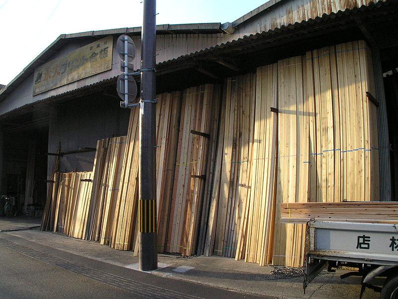 材木店の店頭に並ぶ各種木材