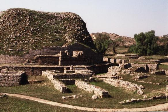タキシラの都市遺跡を構成するストゥーパの遺構(パキスタン)